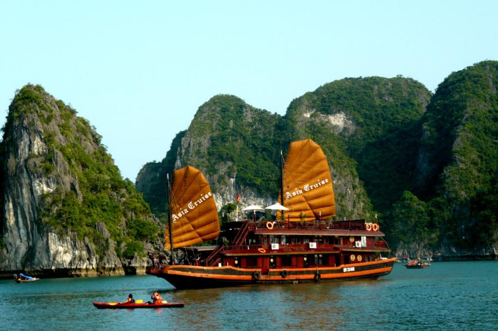 10-Halong Tourist boat set sail